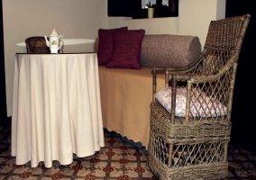 Mesa, silla y sillón de la Hornacina