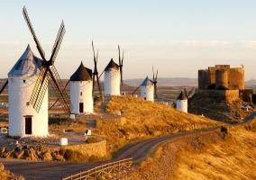 Molinos de viento y el castillo de Consuegra al fondo