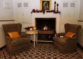 Sala de estar con fuego encendido