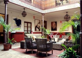 Patio interior con muebles y plantas
