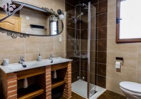 Aseo de la casa con bañera y ducha
