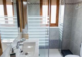 Aseo de la casa luminoso con ducha