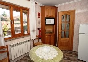 Cocina con mesa redonda y ventana con vistas