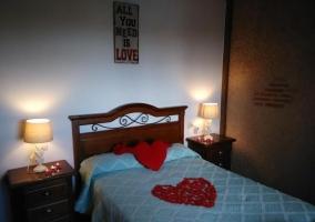 Dormitorio de matrimonio con decorados románticos