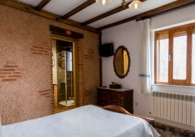 Dormitorio doble con espejo delante