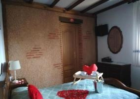 Dormitorio romántico con desayuno y corazón decorativo en la colcha