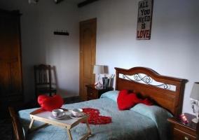Dormitorio romántico con desayuno