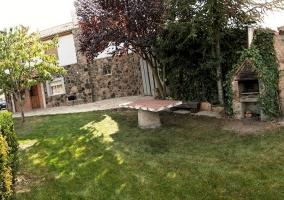 Jardín con mesa de piedra