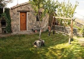 Jardín con columpios
