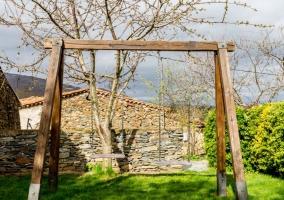 Vistas de los jardines con columpios