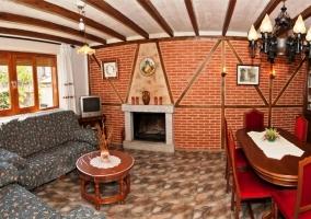 Salón con chimena sofás y mesa de comedor