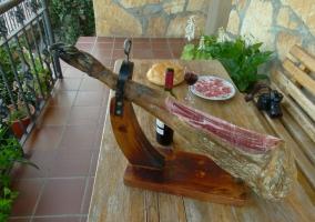 Pata de jamón en la mesa de la terraza