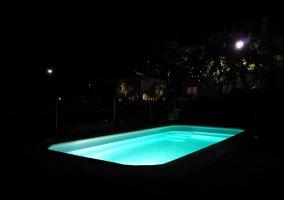 Piscina con luz nocturna