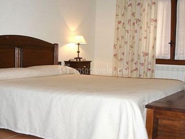 Dormitorio de matrimonio con cortinas de flores
