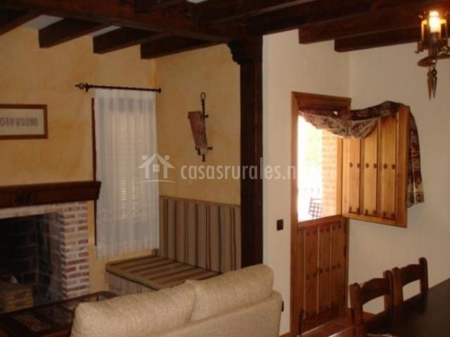 Sala de estar y comedor con chimenea en la parte central