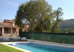 Vistas de la piscina con jardines