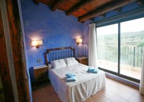 Dormitorio de matrimonio en azul con salida al exterior