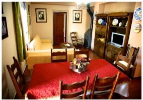 Comedor y sala de estar son sofá, televisión y mesa