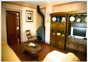 Mueble de televisión y chimenea con mecedora