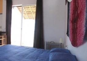 Dormitorio con cama de matrimonio y pared azul
