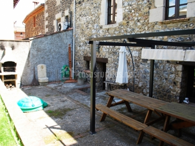 Mesa de madera con toldo patio