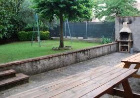 Patio y jardín con columpios