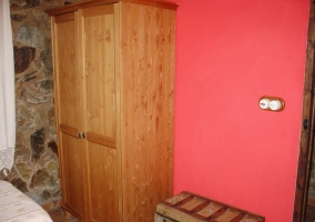 Dormitorio rosa y piedra