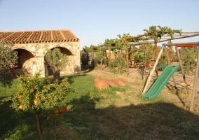 Jardin y columpios
