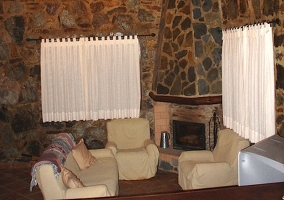 Salon con sofas, chimenea y television