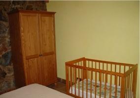 Armario y cuna del dormitorio amarillo