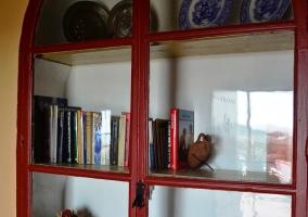 Alacena librería de madera incrustada en pared