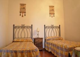 Dormitorio doble con cabeceros de hierro