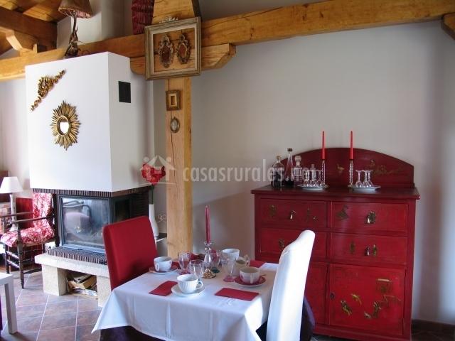 Comedor con chimenea y muebles