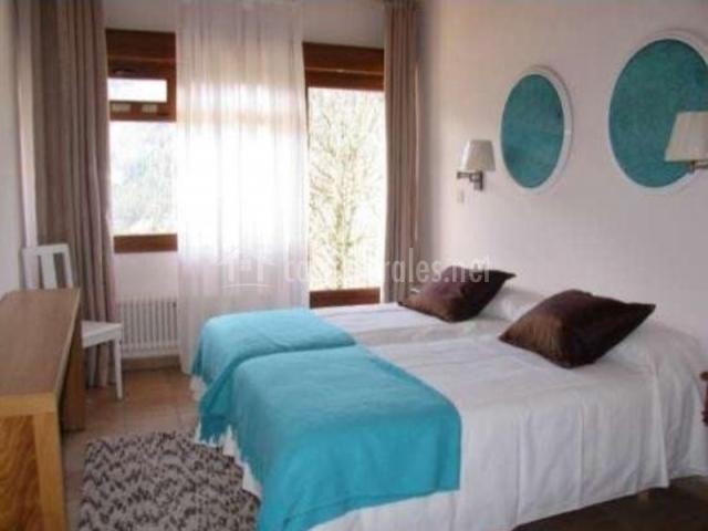 Dormitorio con salida exterior y colores azules