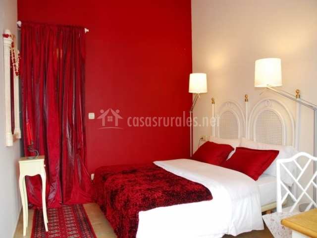 Dormitorio doble con colores blanco y rojo