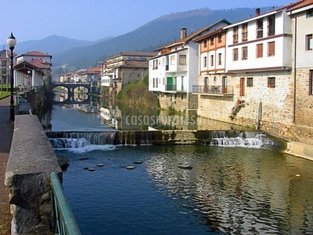 Río y pueblo de Orozko
