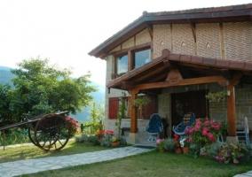 Fachada del edificio y jardín