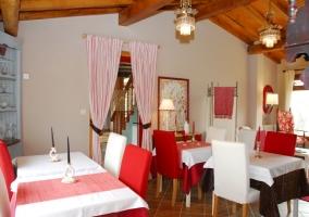 Comedor del alojamiento con mesas y sillas