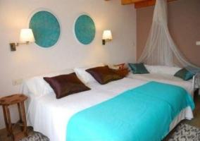 Dormitorio con sofá-cama y mosquitera