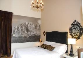 Dormitorio doble con cama blanca