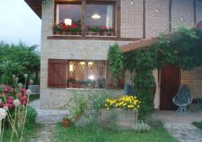 Jardín con césped y entrada a la casa
