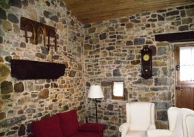 Salón con televisión y pequeño museo