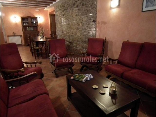 Salón de la casa rural con varios sofás tapizados