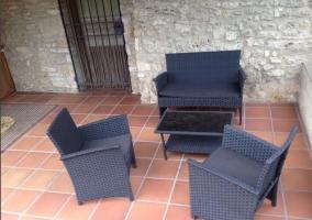Porche de la casa rural con mobiliario de exterior