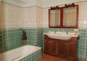 Baño verde con bañera