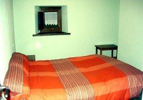 Habitación cama naranja