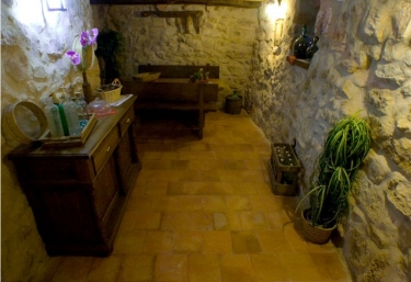 Antigua bodega con paredes de piedra