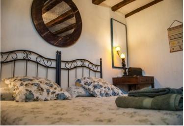 Dormitorio con cabeceros y espejo