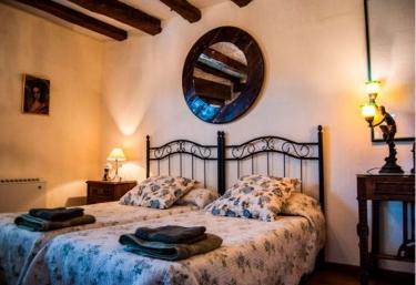 Dormitorio con dos camas individuales y espejo