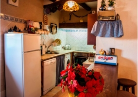 Cocina con electrodomésticos y barra de madera